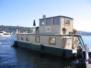 Heart & Sol houseboat outside view